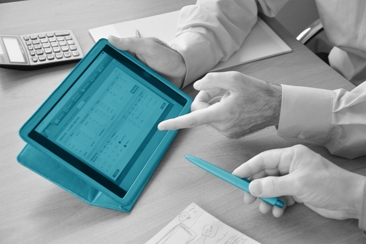 Beratung einer Baufinanzierung an einem Tablet